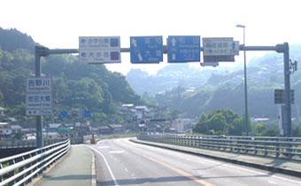 橋を越えて左へ